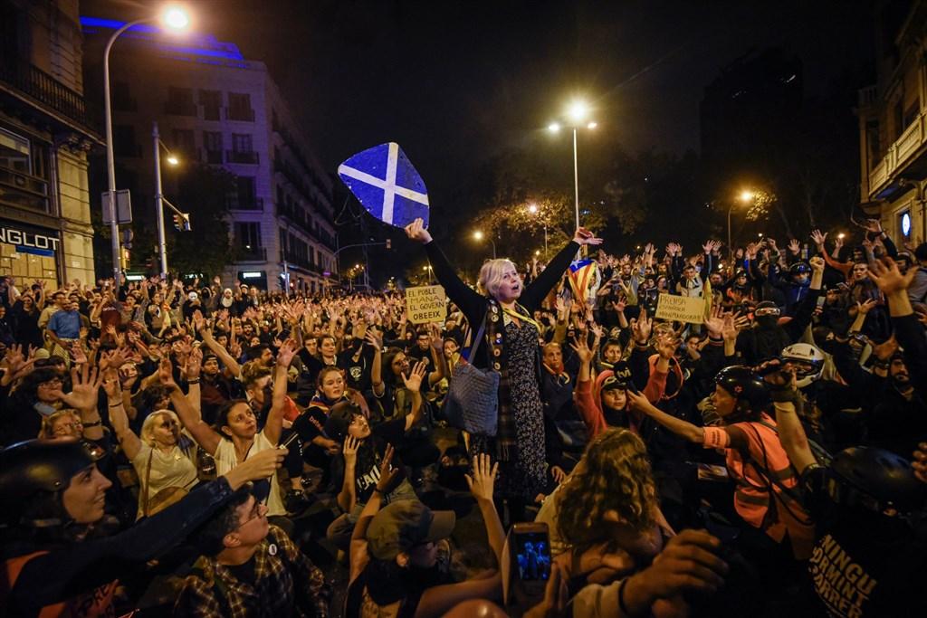 加泰隆尼亞獨派抗議活動進入第6天,衝突不斷,造成近200人受傷。不過西班牙當局仍拒絕談判,並要獨派領袖譴責暴力。(圖取自twitter.com/CatalansForYes)