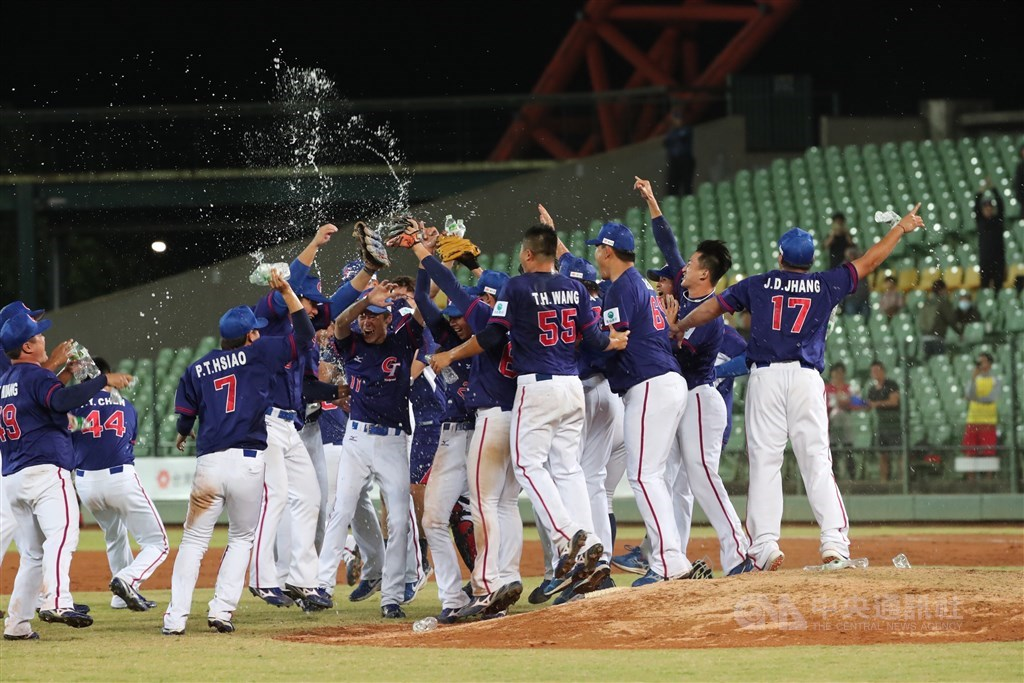 2019年亞洲棒球錦標賽冠軍戰20日晚間在台中舉行,中華隊以5:4力克尋求衛冕的日本隊,睽違18年再於亞錦賽奪冠,球員在場中開心慶祝。中央社記者吳家昇攝 108年10月20日
