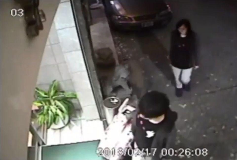 涉嫌在台灣殺害女友的香港男子陳同佳(前)表達出獄後願意赴台自首,香港警方18日致函台灣刑事局,轉達陳同佳自首意願。(圖取自監視器畫面)
