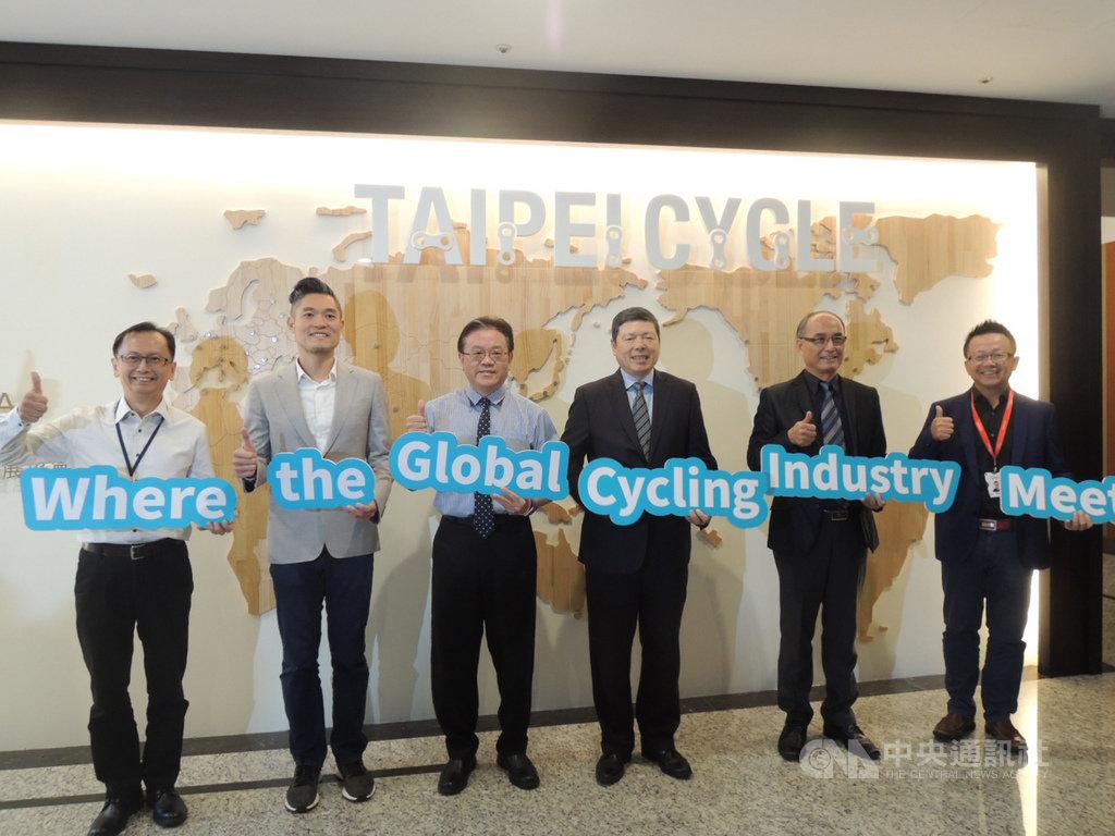 2020台北國際自行車展將於明年3月登場,外貿協會秘書長葉明水(右3)等人21日在外貿協會台中辦事處舉辦展前記者會。中央社記者郝雪卿攝 108年10月21日