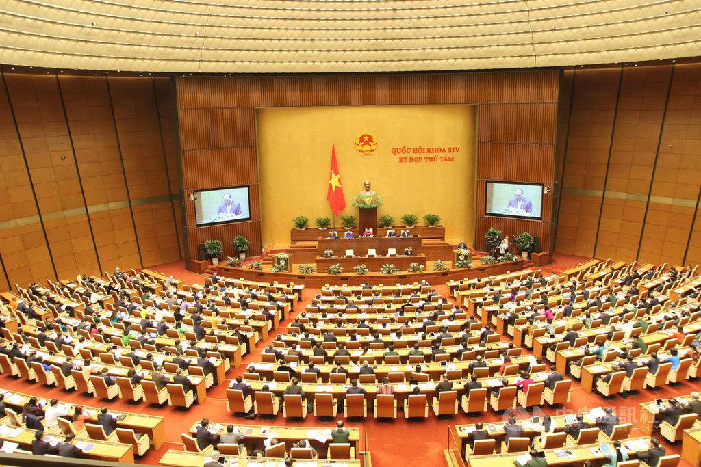 越南國會今天在河內開議,越方官員表示,中國7月起派遣探勘船違法進入越南的萬安灘,越南緊急出動船隻阻擾,兩國衝突對峙中。越方將堅持採取維護主權措施。中央社河內攝 108年10月21日