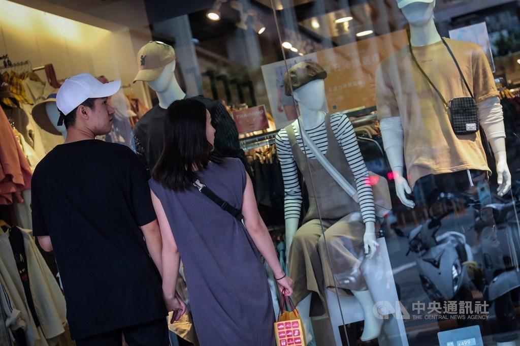 氣象局21日表示,未來一週持續受到東北風影響,溫度偏涼,可以開始準備換季的衣物、棉被。台北街頭服飾店已紛紛換上秋裝。中央社記者吳家昇攝 108年9月19日