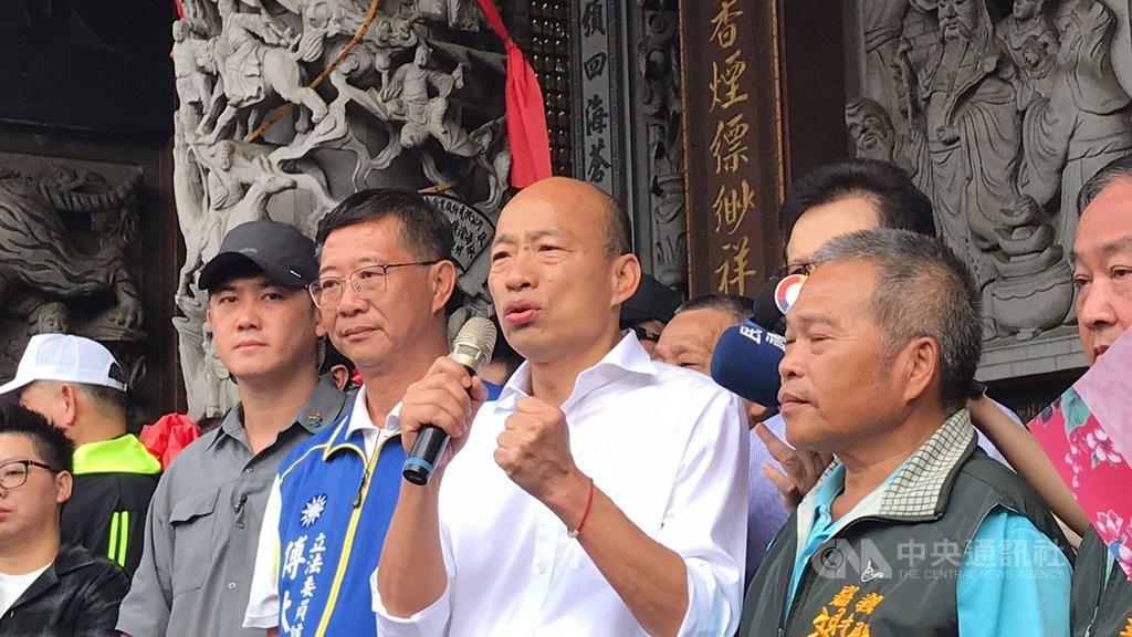 國民黨總統參選人韓國瑜(前右2)21日走訪嘉義地區,下鄉傾聽民意,呼籲民眾一起團結努力,找回台灣美好、善良、勤勞的元素及最棒的經濟發展道路。中央社記者姜宜菁攝 108年10月21日