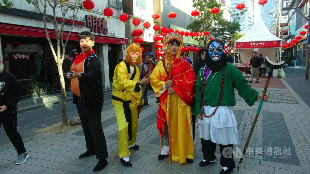 第13屆大邱華僑中華文化祝祭19日在大邱市鬧區開幕,華僑學生扮演著西遊記裡的唐僧師徒造型在現場助興。中央社記者姜遠珍大邱攝  108年10月21日
