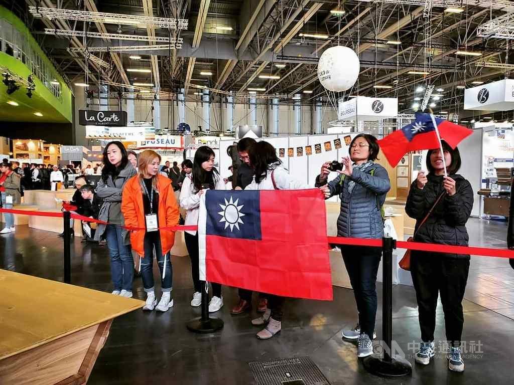 旅法台灣人在各群組傳遞比賽消息,動員前來。上午場館一開,就有許多台灣民眾手持國旗進場,並聚集於台灣隊工作檯前,為選手加油打氣。(台灣麵包大使協會提供)中央社記者曾婷瑄巴黎傳真 108年10月22日
