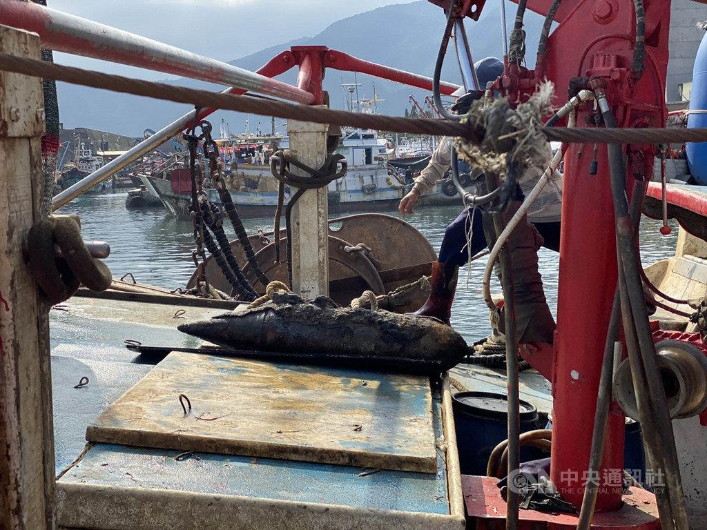 宜蘭一名長者日前切割未爆彈遭炸死,22日又有一艘漁船在大里外海拖網時發現一顆疑未爆彈(圖),軍方人員已到場處理。(翻攝照片)中央社記者王朝鈺傳真 108年10月22日