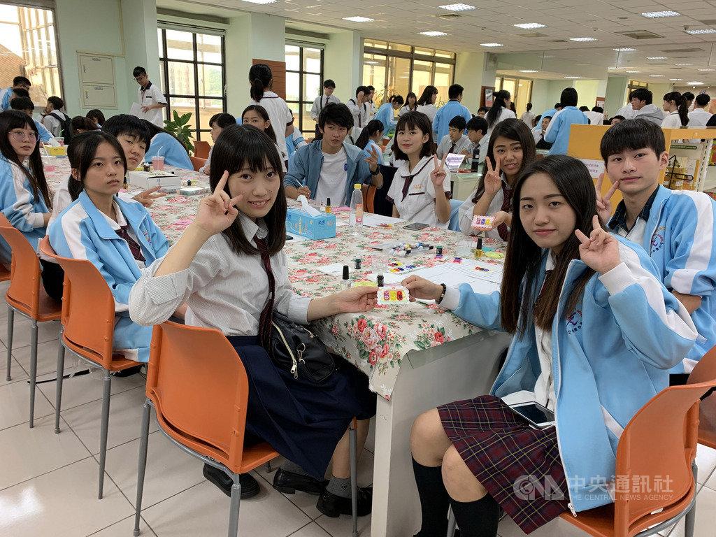 日本神奈川縣立大和西高等學校22日到新竹市光復高中交流,兩校學生共同學習指甲彩繪課程,增進情誼,也提升學生國際視野。中央社記者郭宣彣攝 108年10月22日