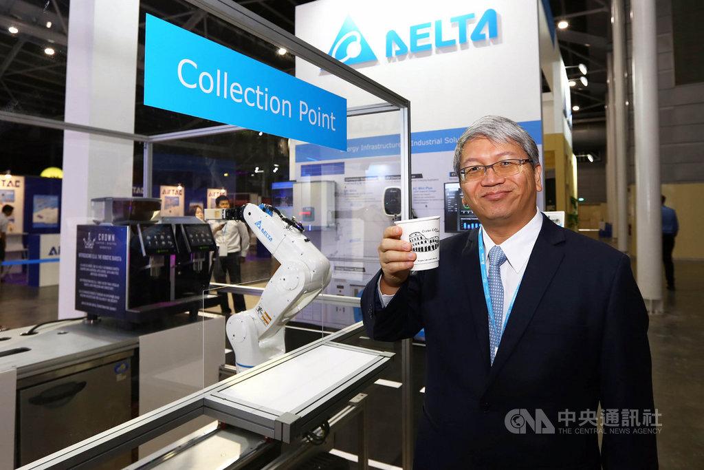 台達參與新加坡「工業轉型亞太區博覽會」,圖為台達東南亞暨印度副總張財星展示以垂直多關節機器人,結合智慧科技IoT咖啡機打造專屬工作站,實現人機協同服務模式。(台達提供)中央社記者黃自強新加坡傳真 108年10月22日