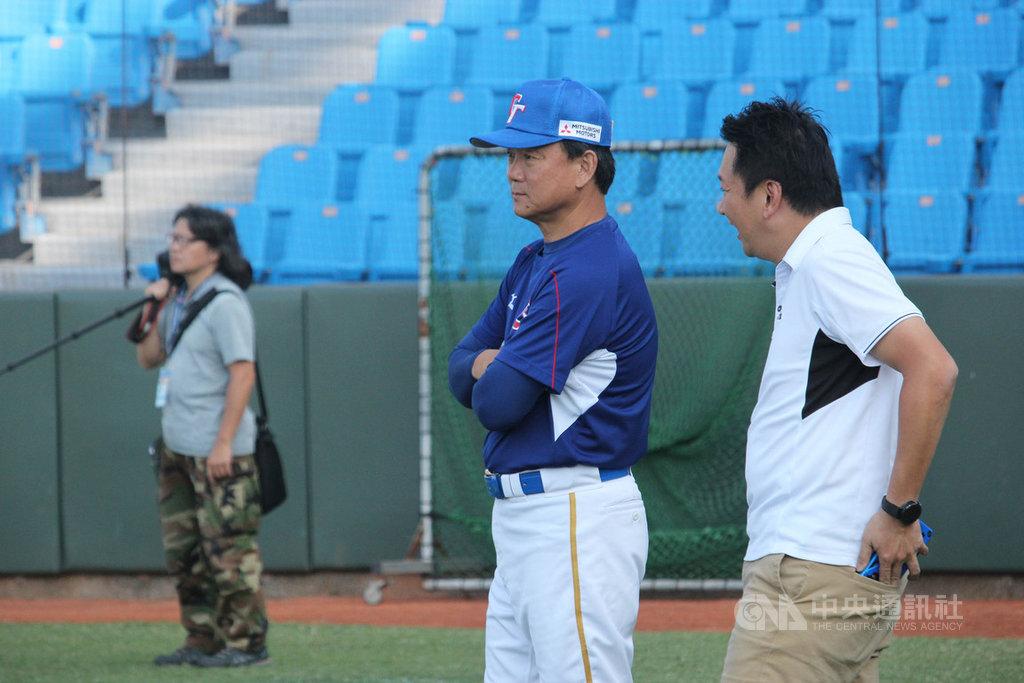 世界12強賽中華隊全體報到之後,22日展開第1天訓練,中華隊總教練洪一中(中)表示,謝謝選手們在年底疲累時還願意來打,只要盡力而為就好,得失心不要太重。中央社記者楊啟芳攝 108年10月22日