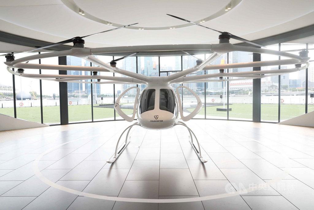 德國企業Volocopter的空中計程車22日在新加坡濱海灣上空試飛,測試過程約3分鐘。圖為放置在展場的空中計程車。中央社記者黃自強新加坡攝 108年10月22日