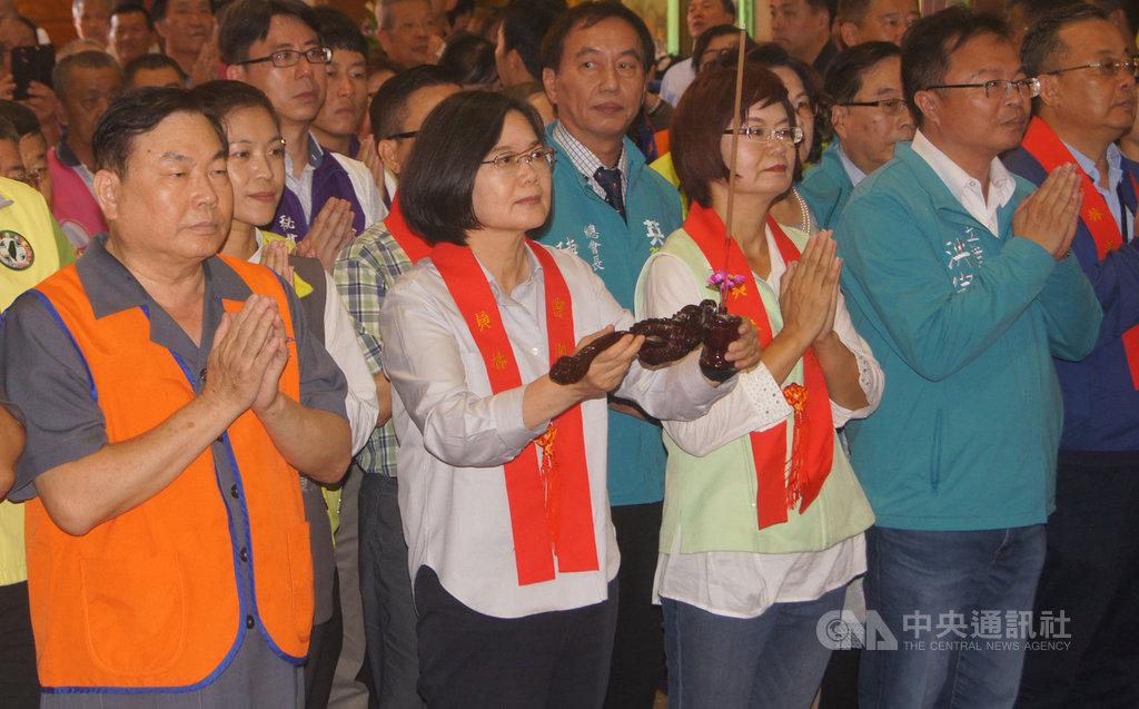 總統蔡英文(前排左2)22日來到彰化縣員林市的員林禪寺參拜,上香祈福。中央社記者吳哲豪彰化攝 108年10月22日