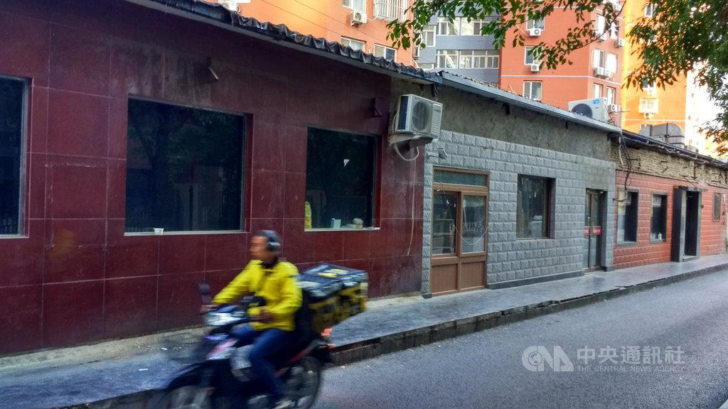 北京的大街小巷原本總能見到不少不太起眼、價格卻親民許多的小吃店,或是賣飲料、配鑰匙的小舖。但這兩年來,這些小店舖卻一間間地關門,人去樓空。圖為北京西大望路巷內一整排已關門的小飯館。中央社記者邱國強北京攝 108年10月22日