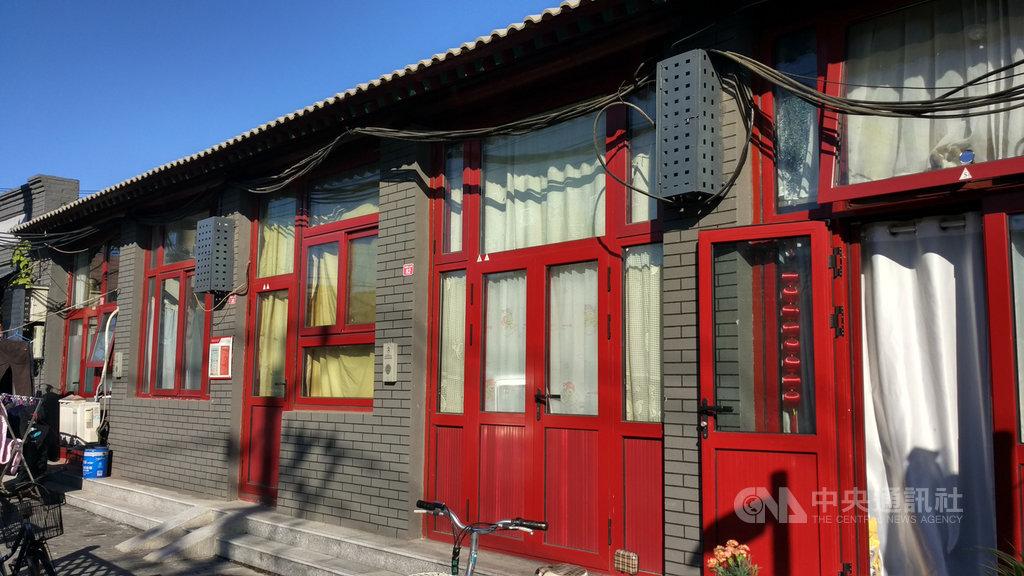 北京街巷裡的許多小吃店及小舖,這兩年在官方政策下被大舉清退。圖中的門窗(緊閉者)是老方原本開在北京磁器口大街的小飯館舊址,如今被原屋主收回,成為普通民宅。中央社記者邱國強北京攝 108年10月22日