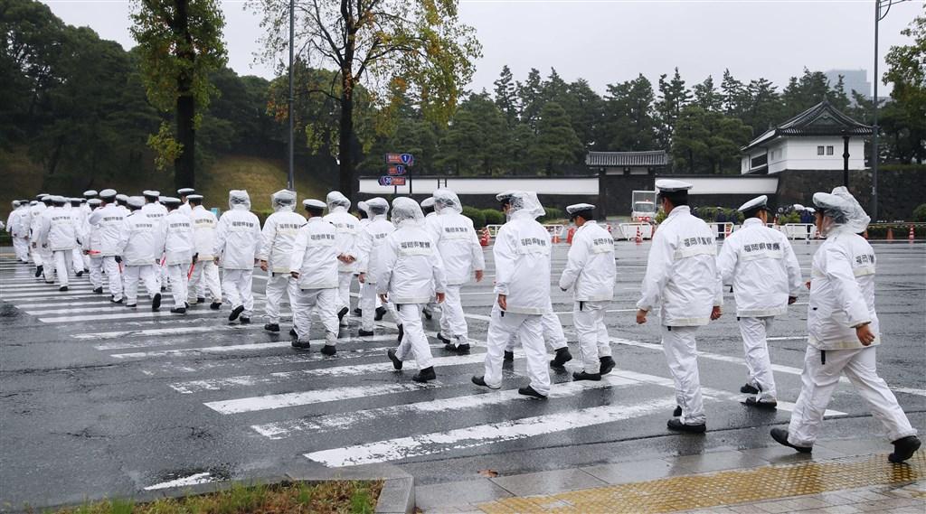 日本22日將舉行日皇德仁向國內外宣告即位的「即位禮正殿之儀」,東京都警視廳在全日本警力支援下投入約2萬6000名警力維安。(共同社提供)