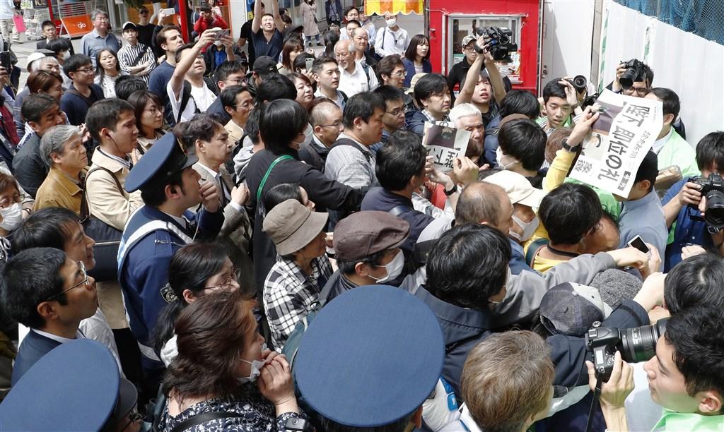 雖然日本各大紙媒已紛紛強化網路新聞,但仍保有發生重大事件時發送號外的習慣。圖為日皇5月1日即位時,民眾聚集領取號外。(共同社提供)