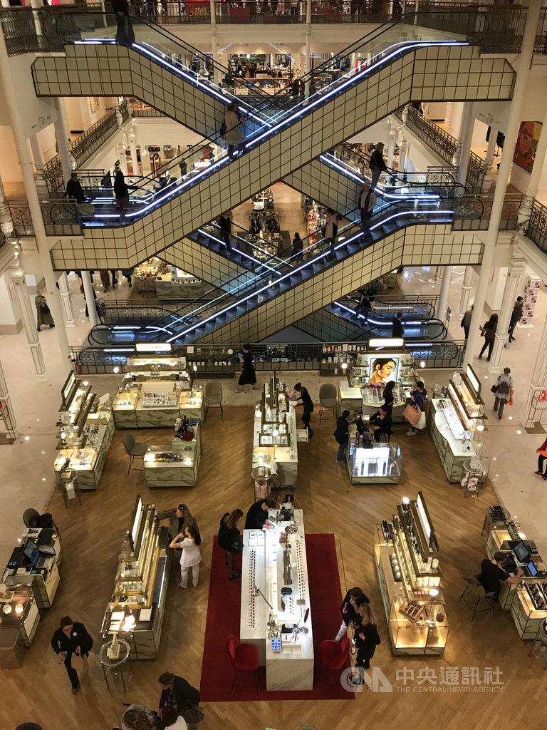 在巴黎,吸引觀光客的行程不只地標建築、美術館和古蹟,還有購物,尤其中國人及美國人在金額上買得最多。圖為108年9月27日巴黎樂蓬馬歇百貨公司。中央社記者曾依璇巴黎攝  108年10月22日