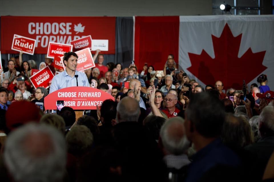 加拿大國會大選21日結束後,加媒預測總理杜魯道(講台立者)率領的自由黨將籌組少數政府。(圖取自facebook.com/JustinPJTrudeau)