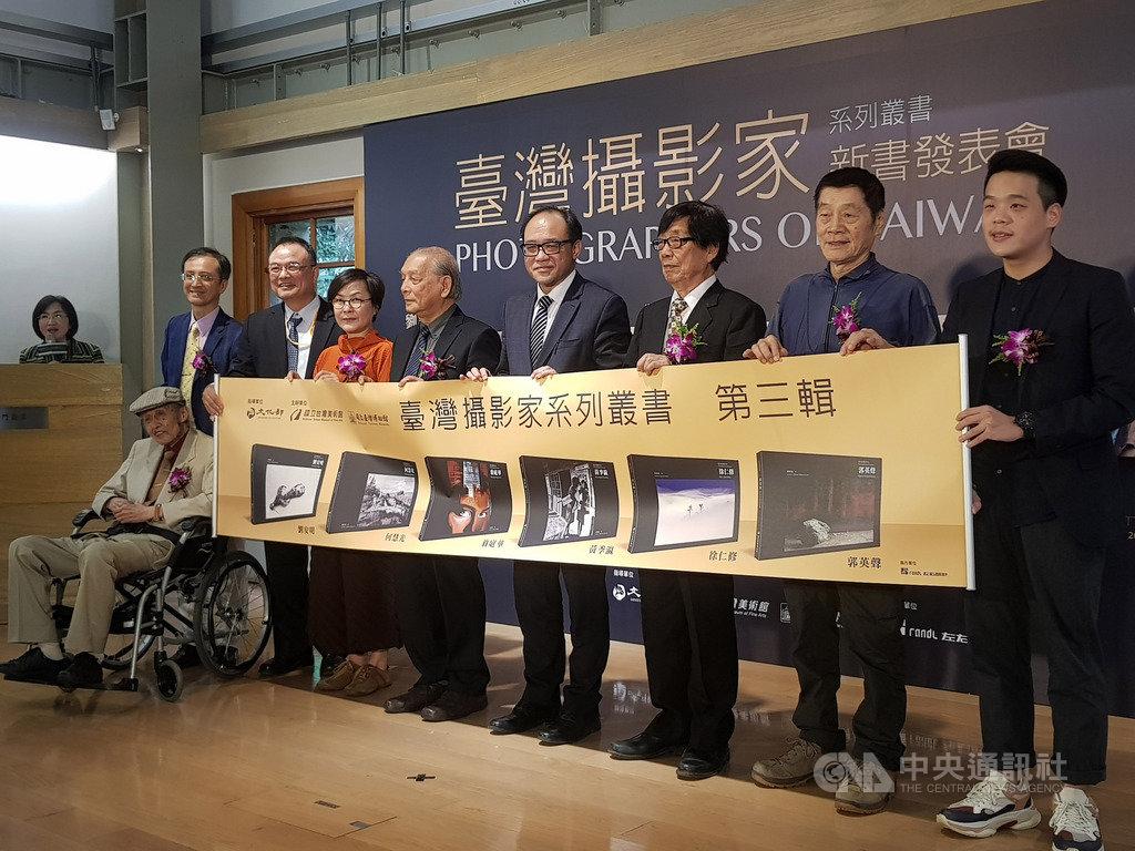 國立台灣美術館發行的「台灣攝影家系列叢書」,今年推出第3輯,23日舉辦新書發表會,文化部次長蕭宗煌(右7)、國美館長林志明(右4)與多名攝影師等出席。中央社記者鄭景雯攝  108年10月23日