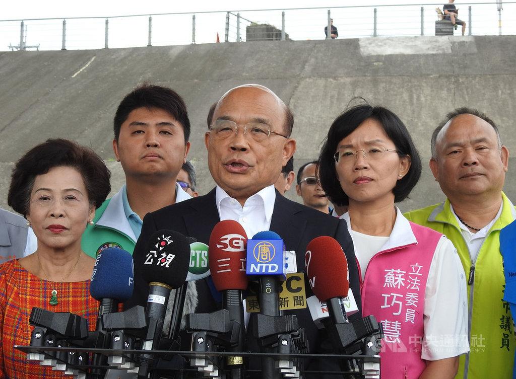 行政院長蘇貞昌(前中)23日針對陳同佳案表示,台灣政府一直希望絕不容重犯逍遙法外,「現在我們認為香港不辦,台灣辦,所以只要一入國門,我們一定抓起來,只要在我們國境,我們一定逮捕歸案。」中央社記者王鴻國攝  108年10月23日