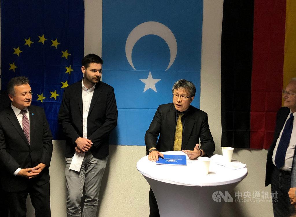 世界維吾爾代表大會柏林辦公室22日晚(當地時間)揭幕,駐德代表謝志偉(右2)應邀致詞。中央社記者林育立柏林攝 108年10月23日