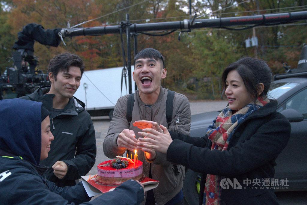 赴加拿大取景的電影「跟你老婆去旅行」海外拍攝行程在加拿大時間22日殺青,碰巧是演員張書豪(右2)生日,演員鳳小岳(右3)、陳妍希(右)與劇組眾人輪番幫他慶生。(滿滿額娛樂提供)中央社記者洪健倫傳真  108年10月23日