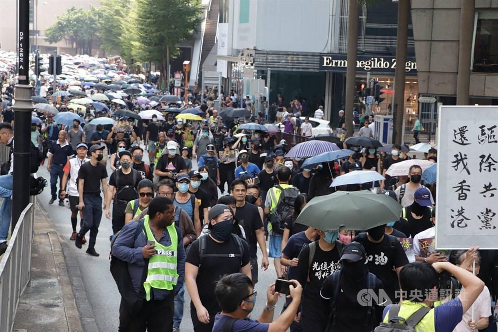 香港特首林鄭月娥7月9日表示逃犯條例已「壽終正寢」後,示威活動沒有止息。港府23日正式從立法會撤回逃犯條例修訂草案。圖為香港反送中示威者20日發起遊行。(中央社檔案照片)