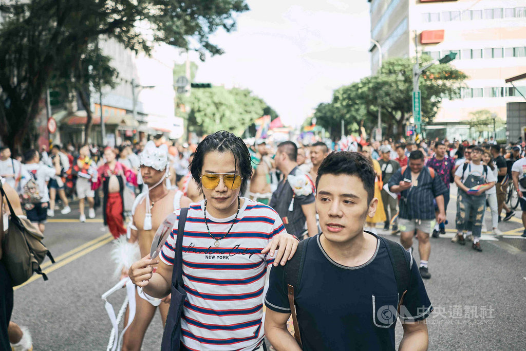 國片「我的靈魂是愛做的」曾於2018年在台灣同志遊行現場取景,該片2名演員邱志宇(前右)與薛仕凌(前左),將於26日重返今年的台灣同志遊行隊伍,為新片宣傳。(海鵬影業提供)中央社記者洪健倫傳真 108年10月23日
