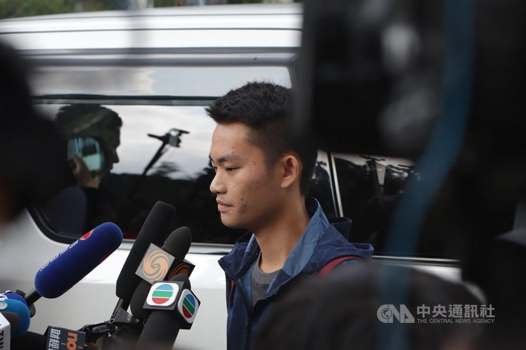 涉嫌在台灣旅遊期間殺死女友的香港男子陳同佳23日上午9時出獄,他向現場媒體簡短談話向死者和家人道歉,並表示願意到台灣「自首」。中央社記者張謙香港攝 108年10月23日