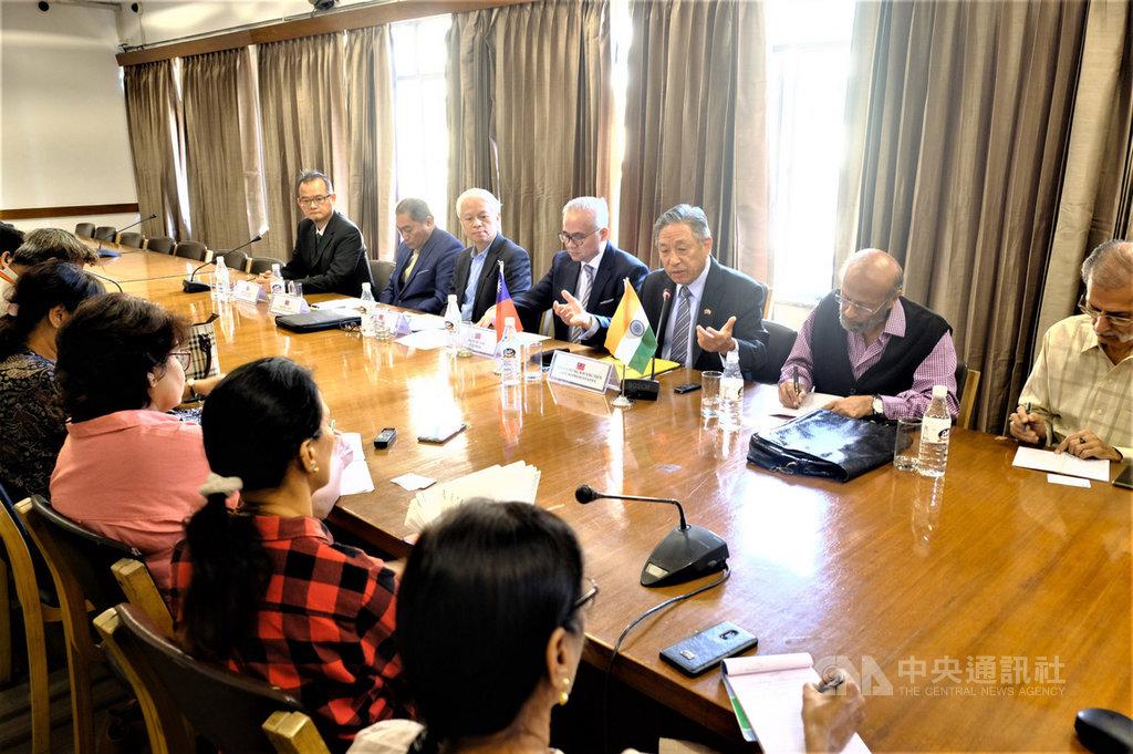 駐印度代表田中光(右3)23日應印度外交記者協會邀請,與印度外交記者交流,同時說明台印關係,也答覆記者的許多問題。中央社記者康世人新德里攝  108年10月23日