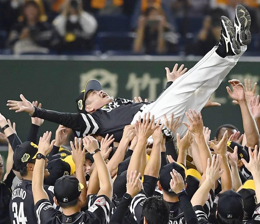 日本職棒總冠軍賽23日進行到第4戰,軟銀終場以4比3驚險擊退巨人。(共同社提供)