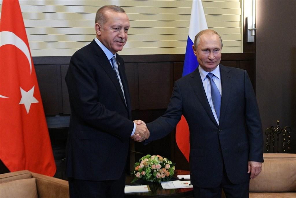 土耳其總統艾爾段(左)和俄羅斯總統蒲亭(右)達成協議,要求庫德族戰士須於23日中午12時起的150小時內,將人員和武器撤至距土、敘交界敘利亞一側30公里外。(圖取自twitter.com/KremlinRussia_E)