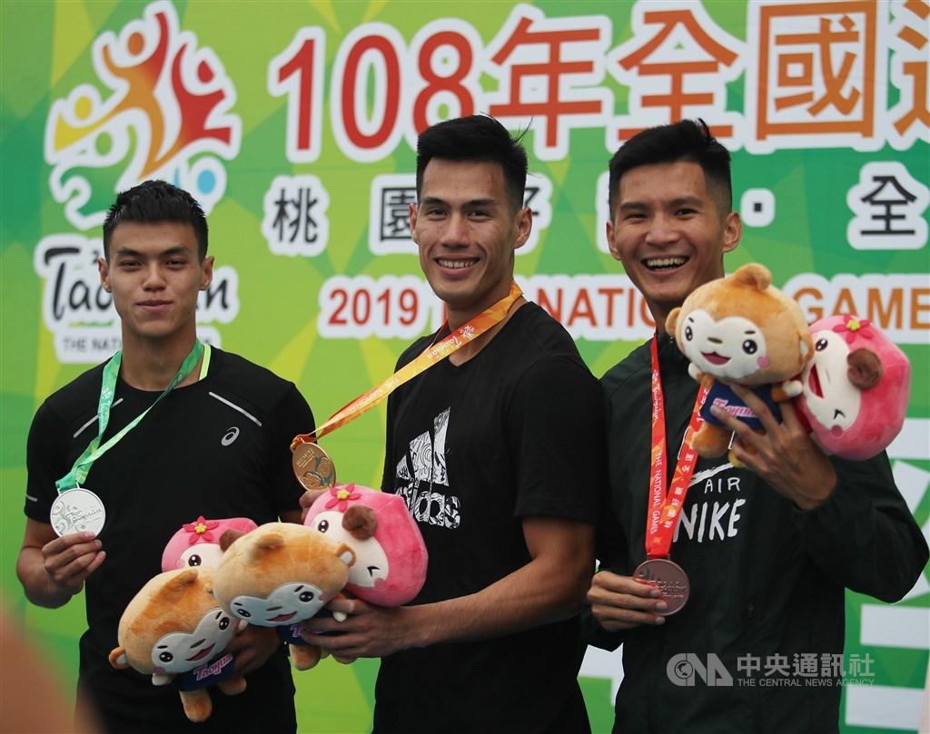 108年全國運動會23日繼續在桃園展開田徑賽事,代表花蓮縣的楊俊瀚(中)23日在男子200公尺項目決賽,跑出20秒70,成功締造3連霸紀錄。中央社記者張新偉攝 108年10月23日
