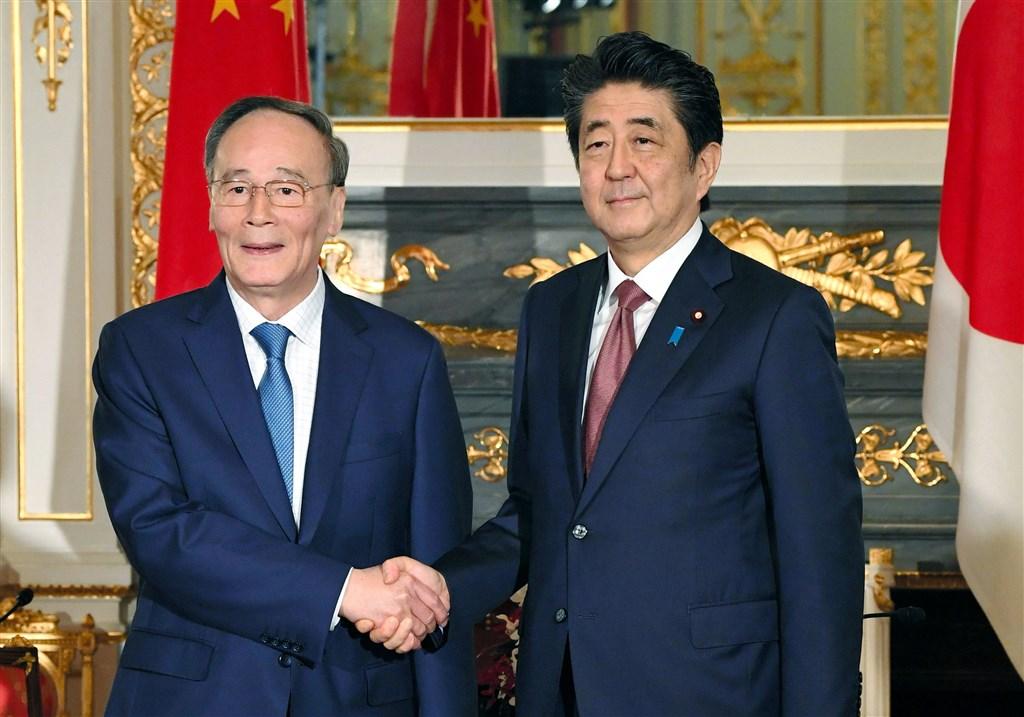 日本政府日前證實,一名40多歲日本男子9月遭中國當局拘留。日本首相安倍晉三(右)23日會晤中國國家副主席王岐山時,強烈要求中方積極回應。(共同社提供)