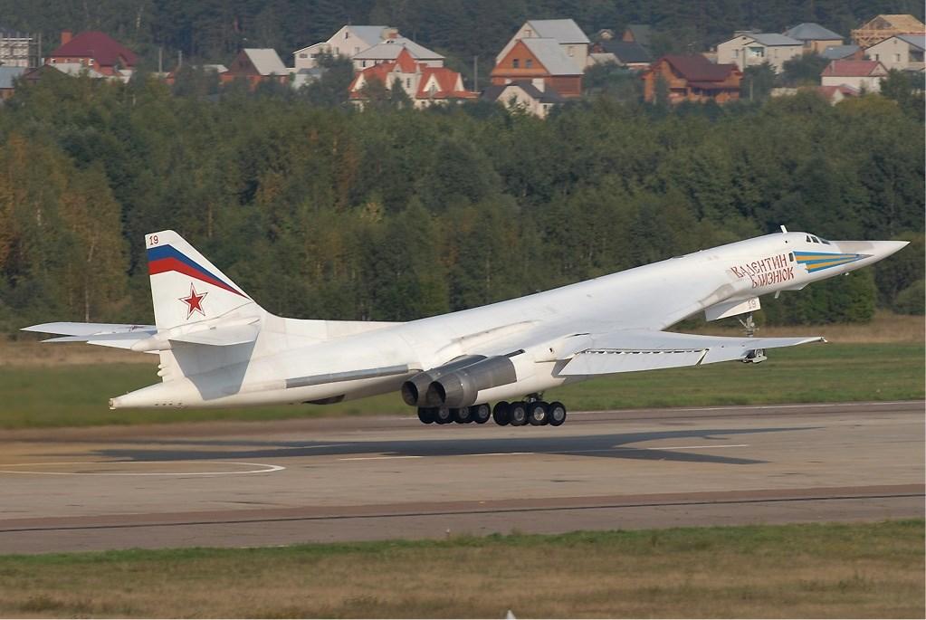 南非國防軍表示,兩架圖波列夫160型「短棍」(Tu-160)戰略轟炸機降落在首都茨瓦尼的瓦特克魯夫空軍基地。(圖取自維基共享資源網頁;作者Sergey Krivchikov,GFDL 1.2)