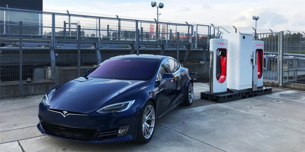 特斯拉23日公布的季報優乎預期,帶動股價大漲近21%。執行長馬斯克承諾,會在2020年推出價格較低廉的SUV與更多自駕技術。(圖取自twitter.com/ Tesla)