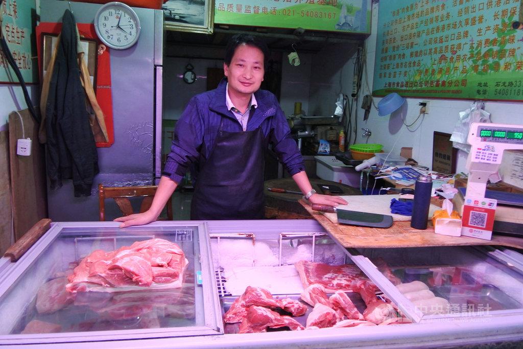 在上海一處農貿市場賣豬肉的楊老闆說,豬價漲不停,10月下旬的客人已經比9月初少了1/3,有些不是非吃豬肉不可的人都少吃了。像他這樣的肉販有一半都在觀望還要不要做這行。中央社記者張淑伶上海攝 108年10月24日