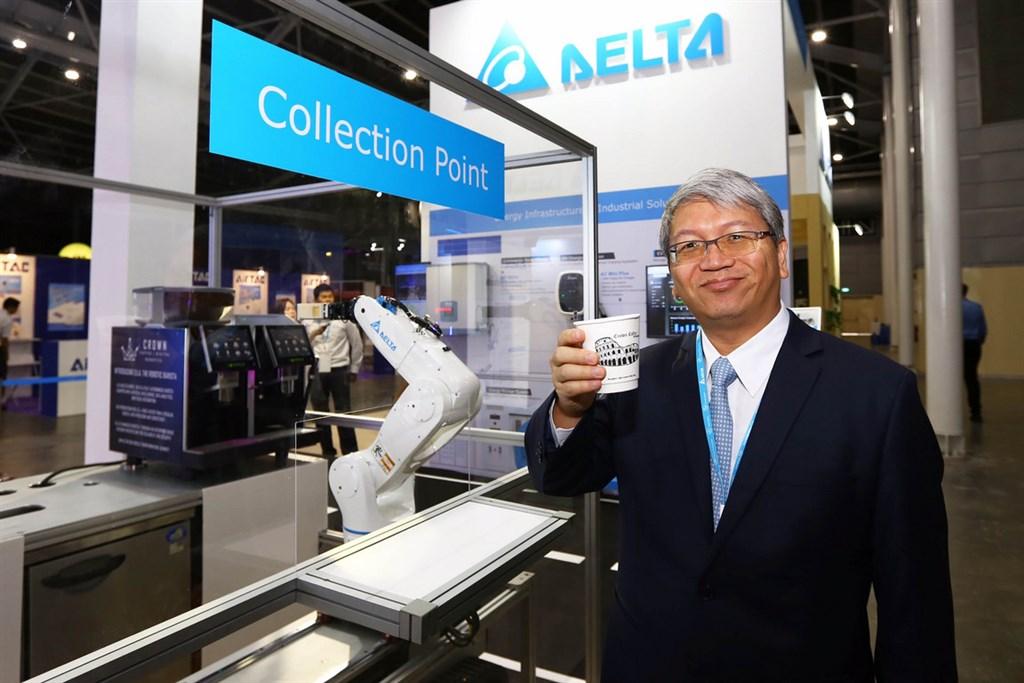 台達電連續9年入選前20大品牌,品牌價值再提升12%,是成長最多的大型工業品牌。圖為台達電22日參與新加坡「工業轉型亞太區博覽會」,東南亞暨印度副總張財星展示以垂直多關節機器人,結合智慧科技IoT咖啡機打造專屬工作站,實現人機協同服務模式。(台達電提供)