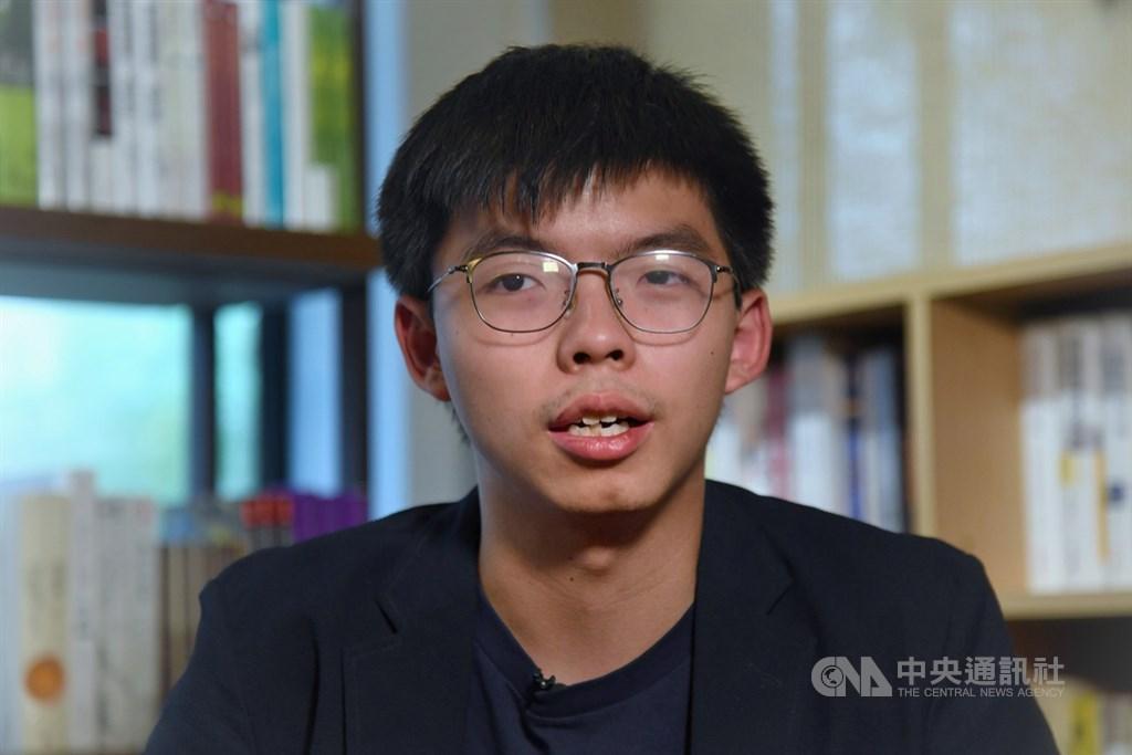 香港眾志秘書長黃之鋒(圖)24日表示,他參選選區的選舉主任突然被撤換,推斷北京和港府已下達硬指令要取消他的參選資格。(中央社檔案照片)
