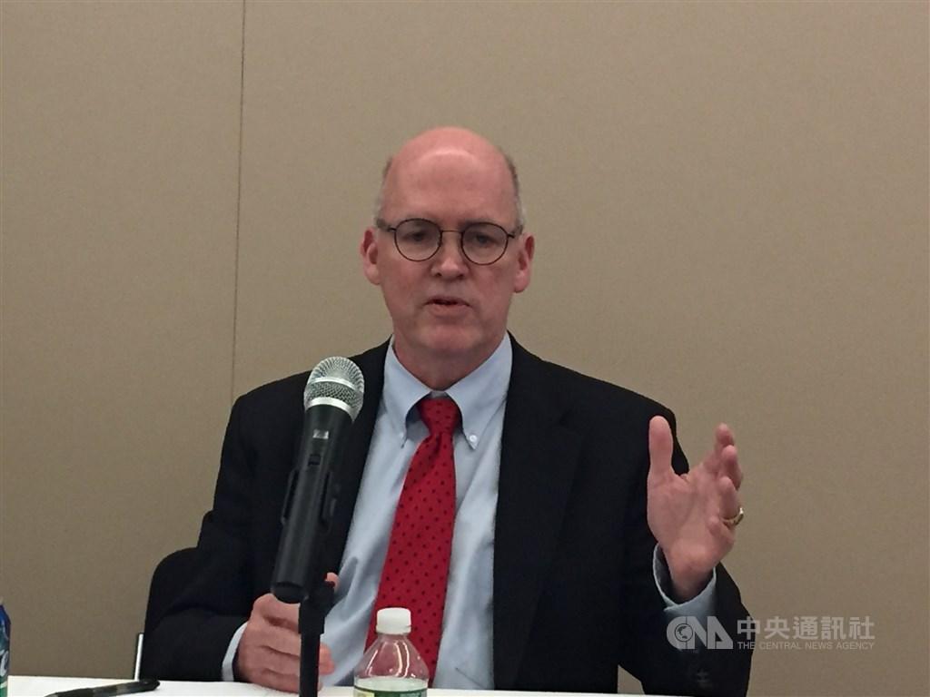 全球企業研究所研究員施密特表示,部分台灣媒體所有人在大陸有龐大利益或收受中國補貼,他建議政府管制媒體所有權,以確保台灣政治面貌與公共辯論空間得以自由不受影響。中央社記者江今葉華盛頓攝 108年10月24日
