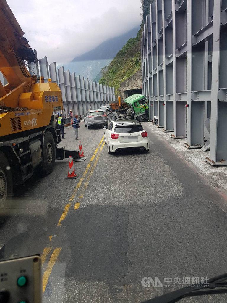 台9線蘇花公路172.8公里處24日上午發生砂石車車禍事故,阻斷雙向交通,公路總局正在搶通。(民眾提供)中央社記者張祈傳真  108年10月24日