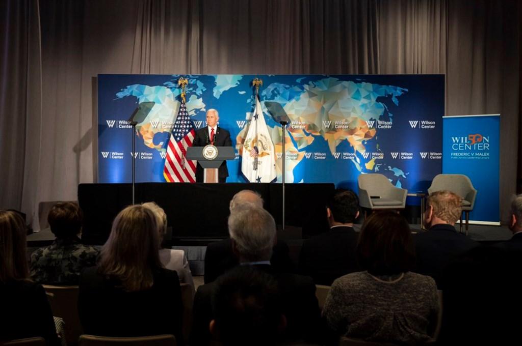 美國副總統彭斯24日上午在華府智庫威爾遜中心舉辦的首屆馬勒克公共服務領袖講座上致詞。(圖取自twitter.com/VP)
