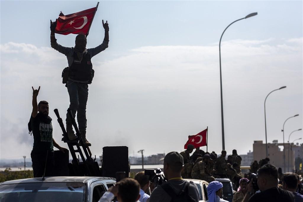 俄國外交部24日表示,土耳其在敘利亞東北部駐軍沒有固定時限。庫德族民兵則已開始撤離土敘邊界區。(安納杜魯新聞社提供)