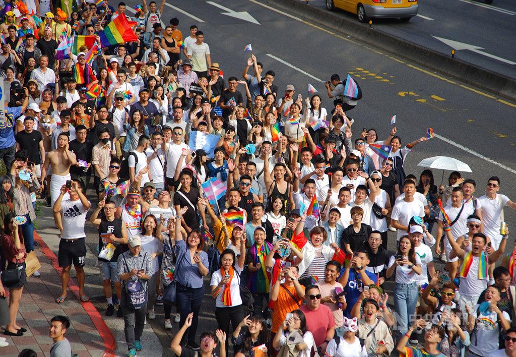 2019第17屆台灣同志遊行26日從台北市政府出發,前往總統府前凱達格蘭大道,吸引大批民眾共襄盛舉,以行動為愛發聲。中央社記者王騰毅攝 108年10月26日