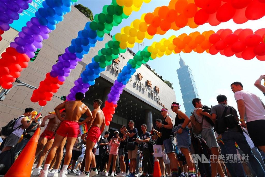 同志遊行下午從台北市政府廣場集結出發,現場設置6色(紅、橙、黃、綠、藍、紫)彩虹氣球。中央社記者王騰毅攝 108年10月26日