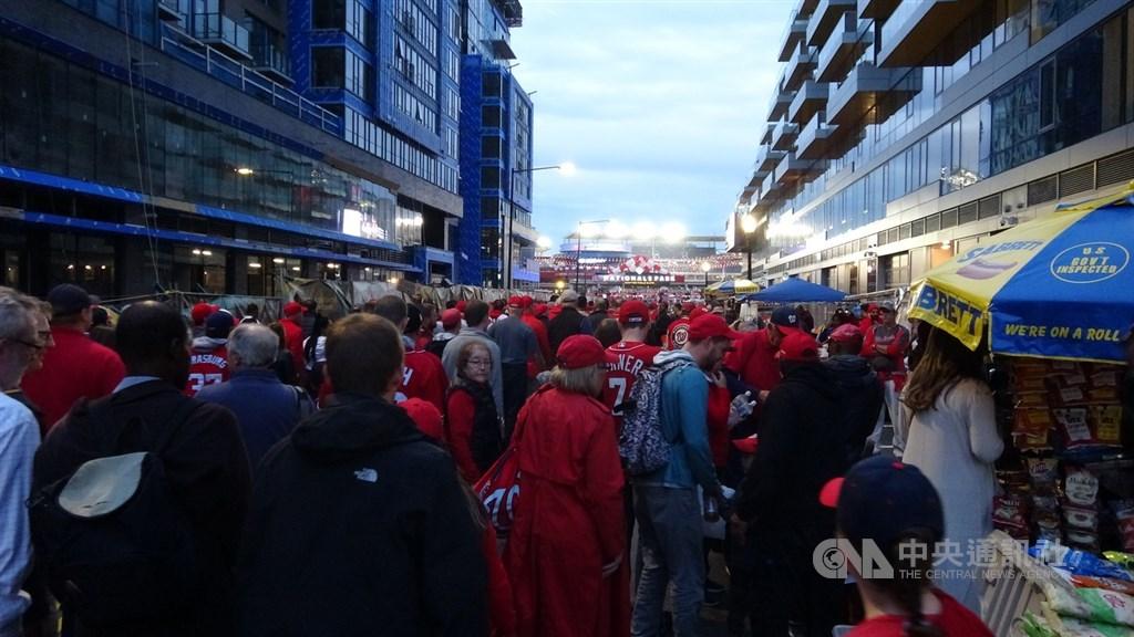 美國職棒大聯盟世界大賽美東時間25日回到華府國民隊主場,許多人穿著國民隊的紅色球衣到場加油。中央社記者江今葉華盛頓攝 108年10月26日