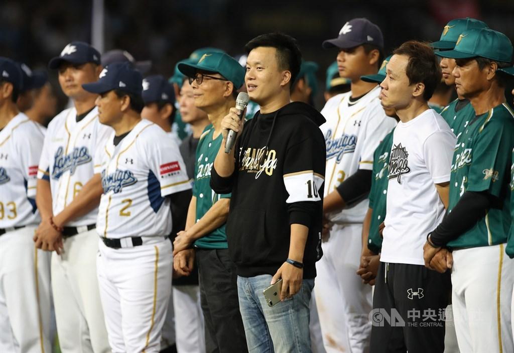 中華職棒Lamigo桃猿隊26日在桃園棒球場進行告別賽,領隊劉玠廷(中黑衣者)表示,近幾年球迷人數成長是延緩轉賣的動力,不過他說:「時間已經到了。」中央社記者張新偉攝 108年10月26日