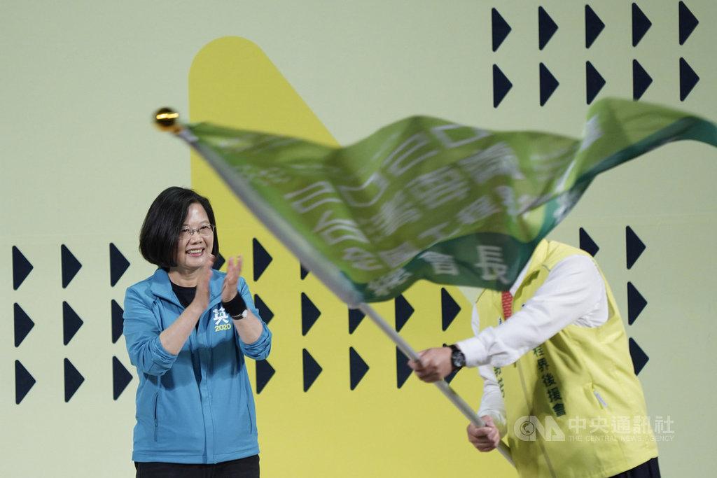 總統蔡英文(左)27日下午在台北出席「2020蔡英文總統連任全國工程界後援會成立大會」,蔡總統授旗後鼓掌致意。中央社記者徐肇昌攝  108年10月27日