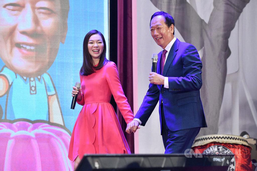 鴻海集團創辦人郭台銘感恩見面會27日在台中登場,郭台銘(右)牽著太太曾馨瑩(左)一起進場,獲得現場郭粉熱烈迴響。(郭辦提供)中央社記者郝雪卿傳真  108年10月27日