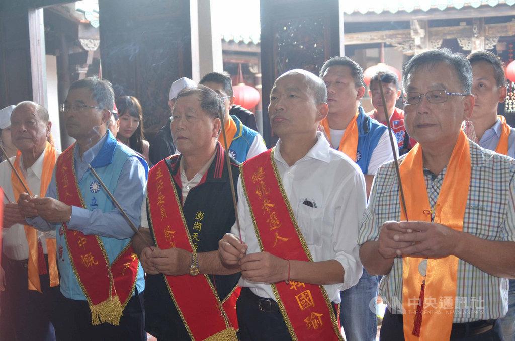 國民黨總統參選人韓國瑜(前右2)的傾聽之旅,27日上午馬不停蹄前往嵵裡水仙宮和澎湖天后宮參拜。中央社 108年10月27日