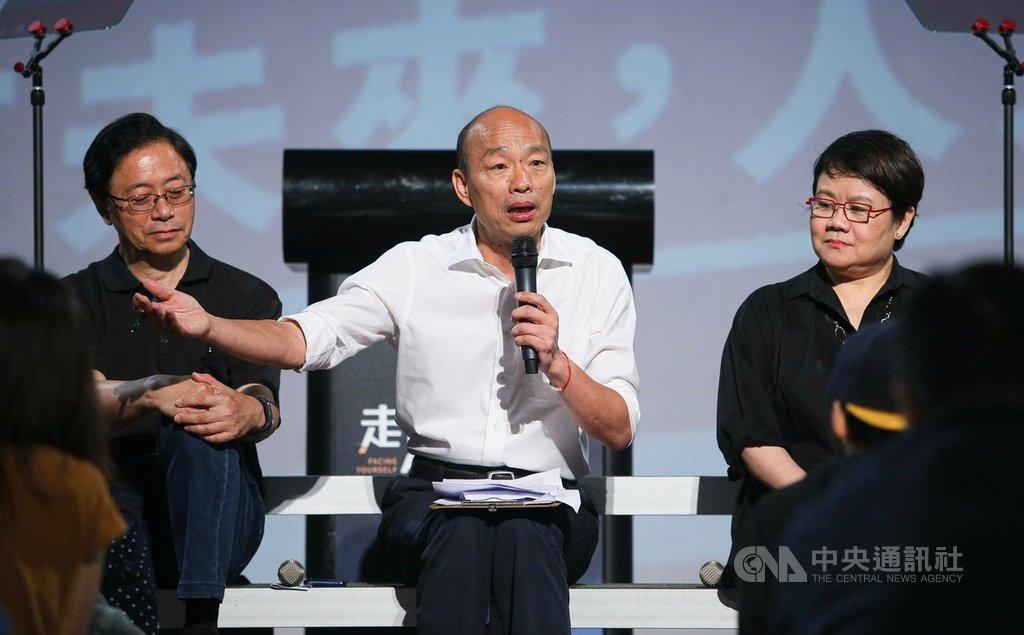 國民黨總統參選人韓國瑜(中)27日晚間在台北出席「走出同溫層」青年政策論壇,回應年輕人提出的問題,盼爭取青年票。中央社記者謝佳璋攝 108年10月27日